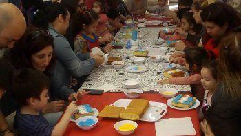 Los niños del Jardín Maternal Casita de Amor compartieron un taller patriótico con sus padres y maestras.