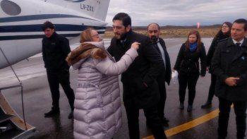 El intendente Mauro Casarini despide a la gobernadora Alicia Kirchner en el aeropuerto de Perito Moreno.