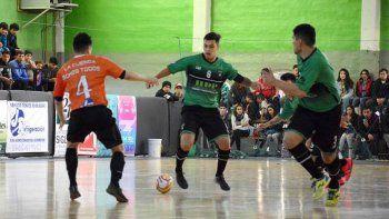 Luciano Vargas se lleva el balón en el partido que Comodoro le ganó 7-4 a la Cuenca Carbonífera y conquistó el tercer puesto del Argentino A.