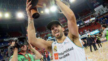 El cordobés Facundo Campazzo festeja con la copa de campeón que conquistó en el Real Madrid.