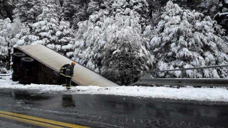 En medio de la nieve, un camión desbarrancó y cayó por un puente