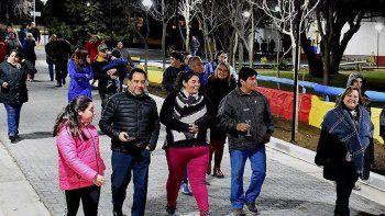 Habitantes de Cañadón Seco, acompañando al jefe comunal, Jorge Soloaga, recorrieron el parque de la localidad donde se inauguró la obra de pavimento intertrabado y el sistema de iluminación LED.