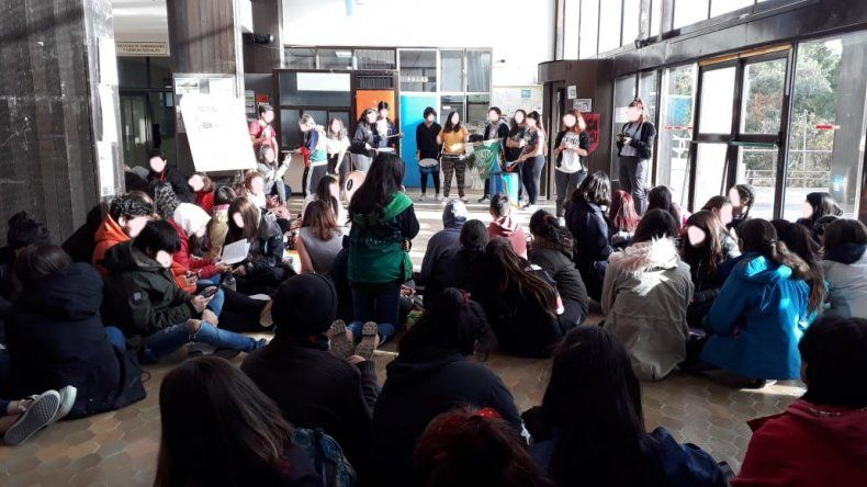 Los estudiantes del CUP realizaron una sentada en la Universidad para reclamar por el TEG.