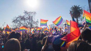¿Qué significan las siglas LGBTI+ y por qué la bandera del orgullo es multicolor?