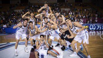 Los pibes argentinos festejan la gran victoria lograda ayer ante el anfitrión Grecia.