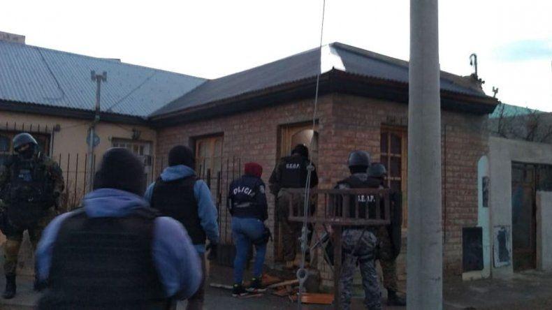El acusado de balear a Fittipaldi sigue prófugo y hubo allanamientos