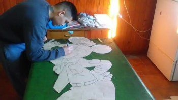 Josué Martínez creando dibujos en su celda de la Comisaría de Diadema.