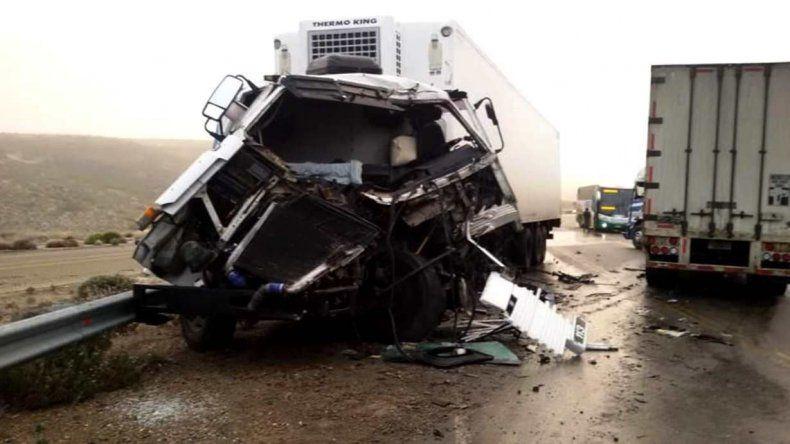 El Scania con patente argentina que descendía por el Cañadón Minerales quedó con su cabina seriamente destruida.