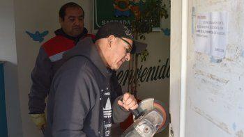 Operarios municipales de la Secretaría de Servicios procedieron a cambiar la cerradura y reforzar la puerta.