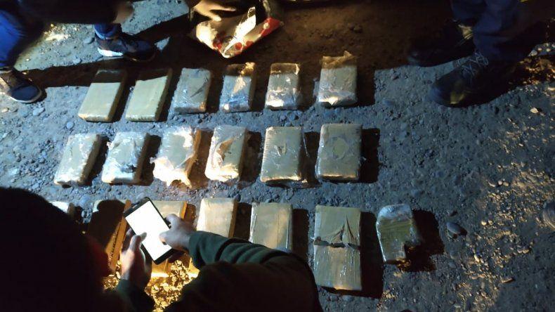 Los panes de marihuana que los sospechosos transportaban en un auto. Lograron detener a uno de ellos.