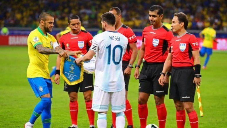 Dani Alves criticó a Messi: fue irrespetuoso con Brasil