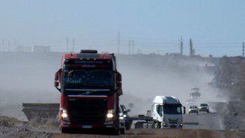 Investigan robo de dos camiones en manos de un grupo armado