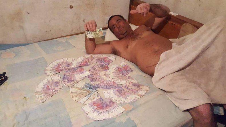 Un candidato se fotografió semidesnudo y rodeado de billetes en una cama