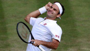 El suizo Roger Federer festeja su triunfo número 101 en la catedral de tenis.
