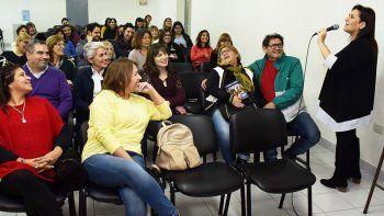 La disertación de la escritora Laura Lewin tuvo lugar en la sala de conferencias de la Universidad Nacional de la Patagonia Austral.