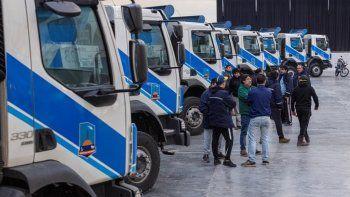 Los ocho camiones Volvo adquiridos junto a las máquinas viales.