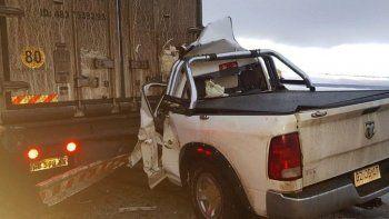 La Dodge en la que viajaba una familia de Ushuaia quedó con su parte frontal totalmente destruida al chocar contra un camión.