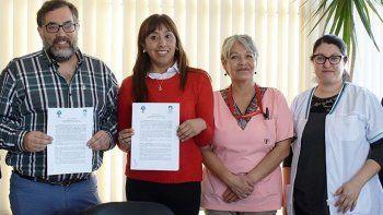 El vicedecano de la UNPA, Claudio Fernández; la subsecretaria de Gobierno del municipio, Andrea Bayón y referentes del Departamento de Enfermería del Hospital Zonal, muestran el convenio que firmaron por el Ciclo Orientativo de Salud.