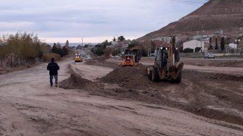 El trabajo que desarrollan las máquinas viales sobre la avenida Fray Luis Beltrán.
