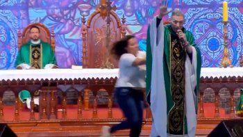 Empujó a un sacerdote en plena misa y lo tiró del escenario