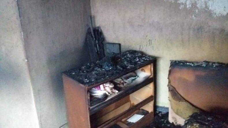 Le incendiaron la casa y sospecha de su ex que tenía restricción de acercamiento