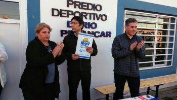 El presidente del Club Mar del Plata, Sergio Saiquita, muestra la carpeta del convenio que firma con el vicegobernador Pablo González. Junto a ellos, la directora zonal del IDUV, María Ester Labado.
