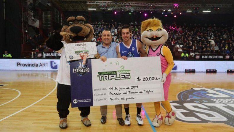 Carlos Manuel Buendía posa con el cheque de 20 mil pesos que recibió por haberse impuesto nuevamente en el Torneo de Triples del Juego de las Estrellas.