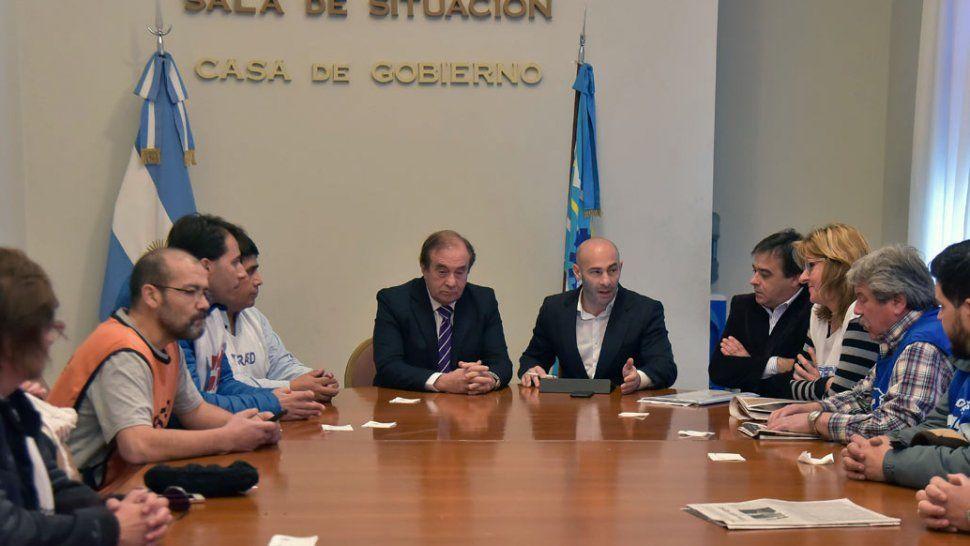 Los ministros Tarrío y Massoni recibieron a un grupo de dirigentes sindicales del Estado, preocupados por el atraso en el pago de haberes.