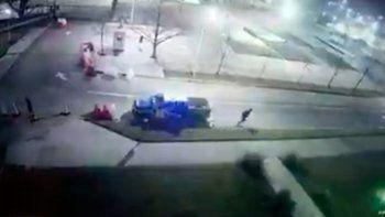 insolito: un preso se escapo de un patrullero mientras los policias dormian