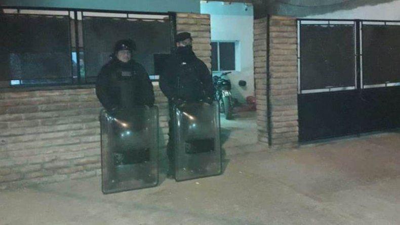 Efectivos del Comando Radioeléctrico se apostaron frente a uno de los domicilios allanados por la División Narcocriminalidad