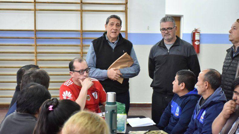 Luis Doffi junto a Hernán Martínez durante la evaluación que realizó el último sábado en el gimnasio municipal 1.