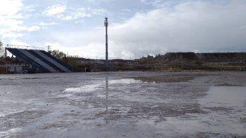 Así estaba ayer a la tarde la cancha de Ferro, donde se trabaja para recibir el sábado a Caleta Córdova.
