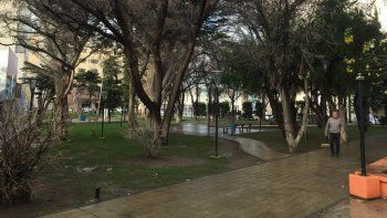 La plaza Scalabrini Ortiz en la que actuó la banda de delincuentes que asaltó al viajero y le robó hasta las zapatillas.