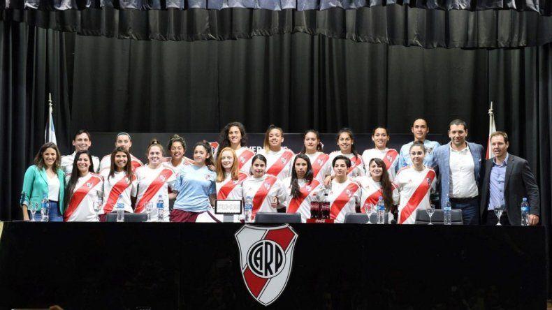 Jugadoras de fútbol de River firmaron su primer contrato profesional
