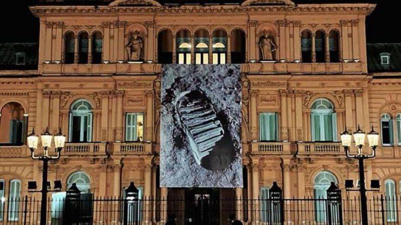 Gigantografía de la pisada en la Luna en la Casa Rosada