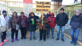 Jubilados provinciales de Comodoro Rivadavia se reunieron ayer en la plaza de la Escuela 83.