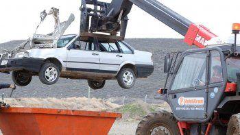 Antes de su compactación, se eliminará todo residuo peligroso de los vehículos.