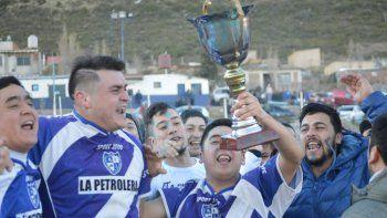 Los jugadores de San Martín festejan la conquista del torneo Inicial C.