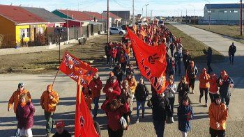 Centenares de vecinos acompañaron a Javier Belloni en la caminata por barrios de Río Gallegos, desplegando banderas naranjas, el color que identifica al espacio político Nace una esperanza.