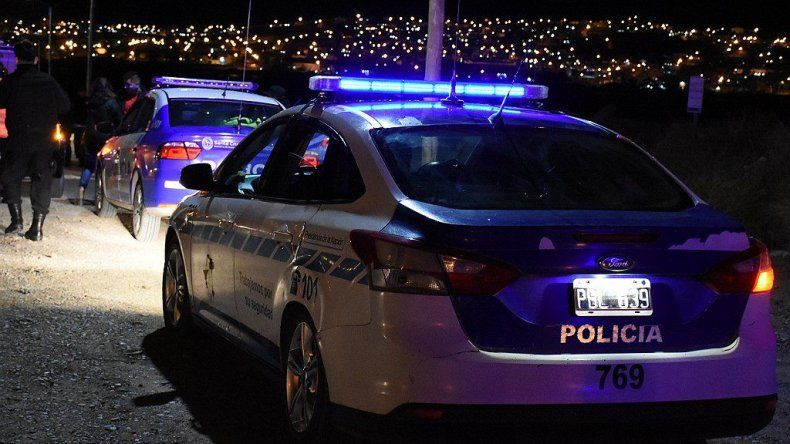 La policía rastrilló las calles del barrio Rotary 23 en busca del auto en el que supuestamente escapó el individuo que baleó a un joven en la madrugada del domingo.