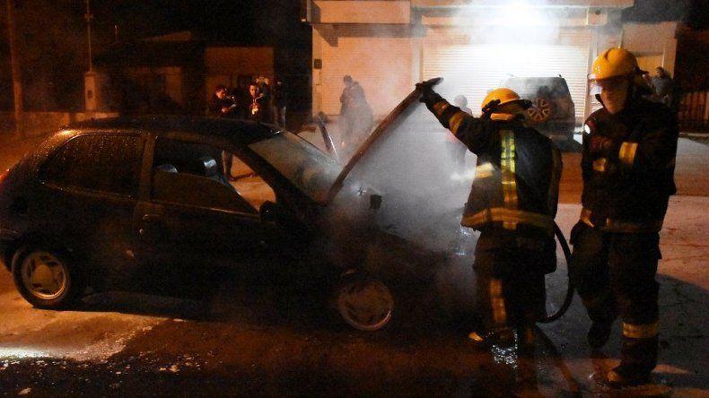 Un auto se incendió parcialmente en la calle Lavalle. El fuego se habría originado cuando rozó con su parte baja un badén