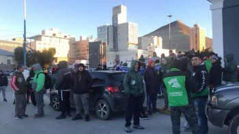 camioneros reclaman por despidos en el ingreso al puerto