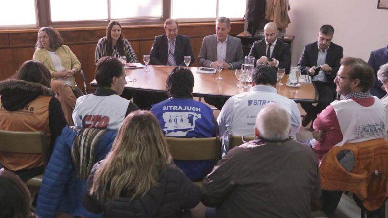 Arcioni se comprometió a tener un diálogo permanente con la Mesa de Unidad Sindical