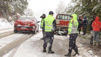 Brigadistas de Chubut intentan rescatar a una familia aislada por la nieve