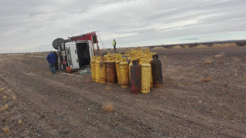 Un camión cargado de garrafas volcó en Ruta 40