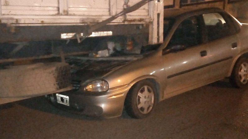 Un auto se metió debajo de un camión en la Yrigoyen