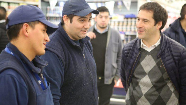 Juan Pablo Luque al difundir sus propuestas en la comunidad.