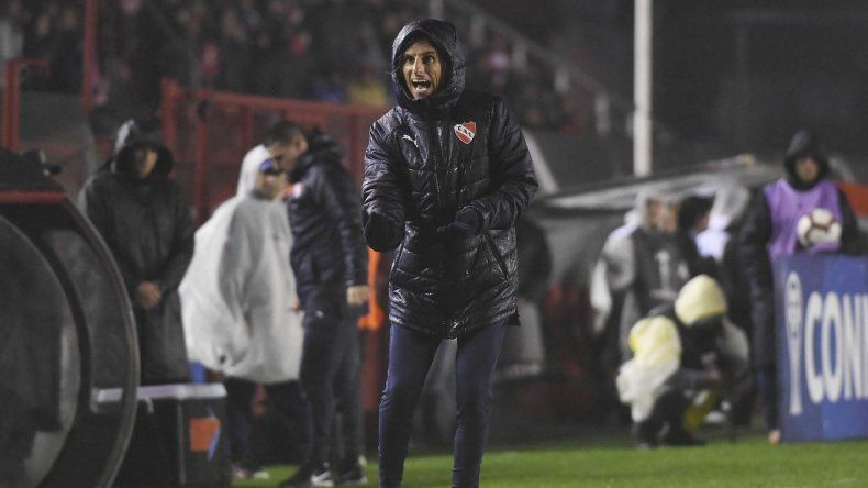 Sebastián Beccacece dando indicaciones en el partido que Independiente le ganó 1-0 a Universidad Católica de Ecuador.