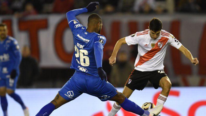 Ignacio Fernández marcado por Dedé en el partido de ida que River y Cruzeiro empataron sin goles en el Monumental.