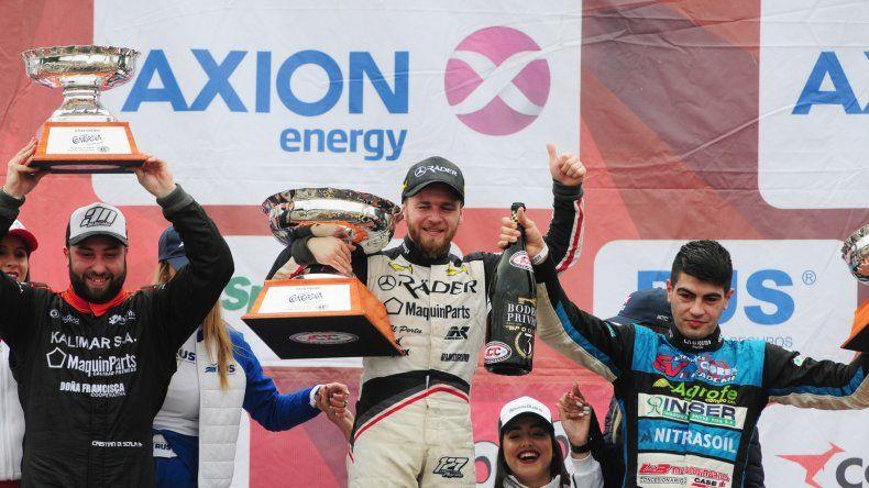 Marcelo Agrelo en lo más alto del podio junto a Cristian Di Scala –izquierda- y Ayrton Londero.